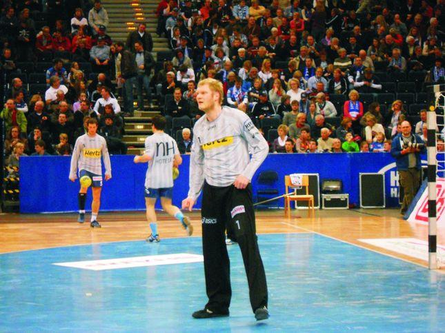 Torwart Jogi Bitter erwartet den nächsten Wurf. Im Hintergrund jongliert Toto Jansen den Ball gekonnt mit dem Fuß – etwa von Marcell Jansen abgeguckt?