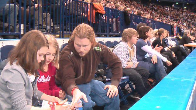 Die Zuschauer konzentrieren sich aufs Spiel, die SportXpertinnen Carlotta und Sophia geben mit Teamleiter Robert den Interviewfragen den letzten Schliff.
